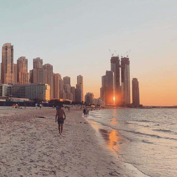 Prechádzka po pláži v Dubai Marine