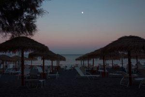 Prvá noc na Santorini strávená na pláži